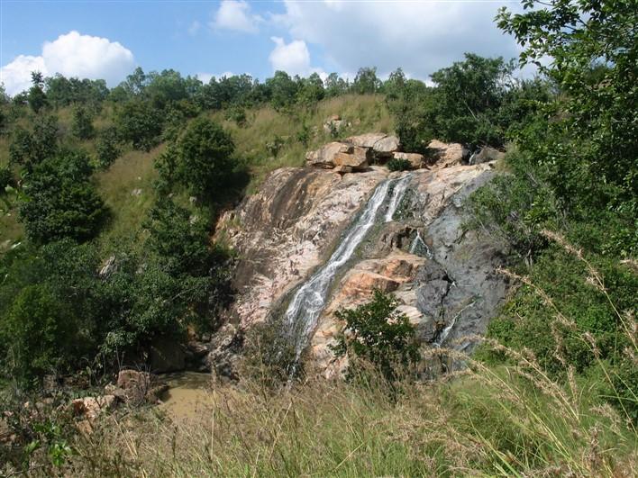 Jaramadagu Falls, Chikkaballapur. Image source TeamgSquare